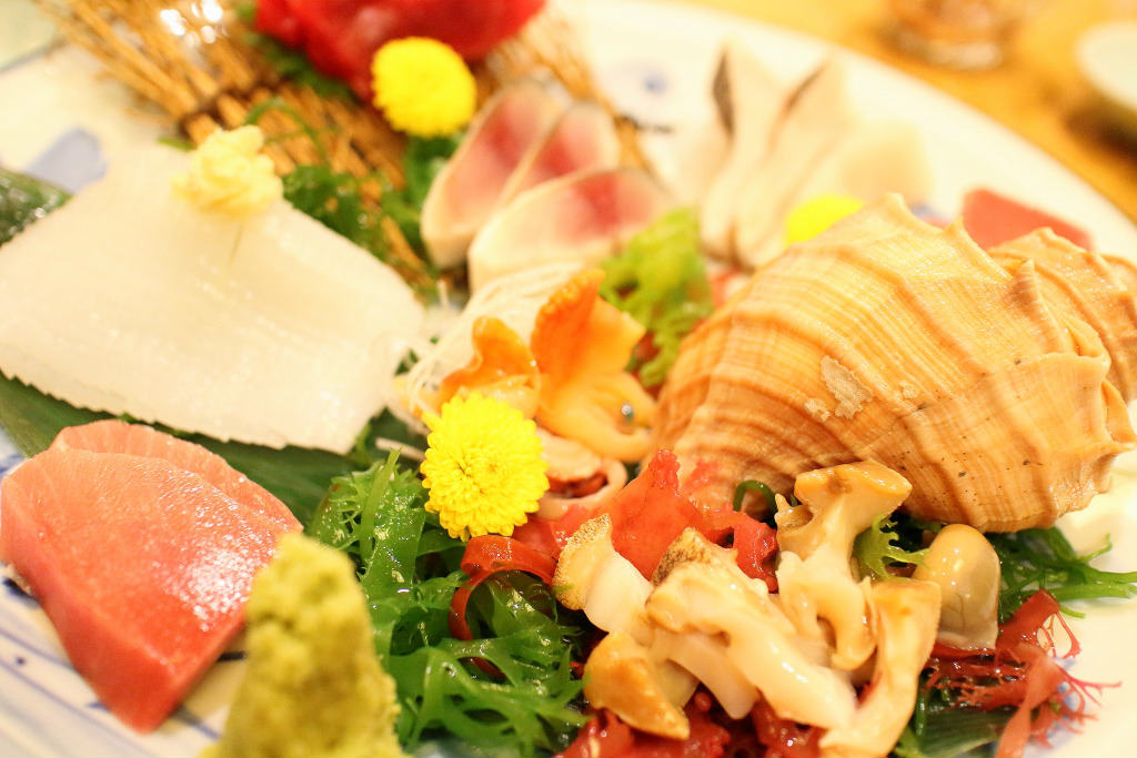 SASHIMI (Assortment of sliced raw fish)